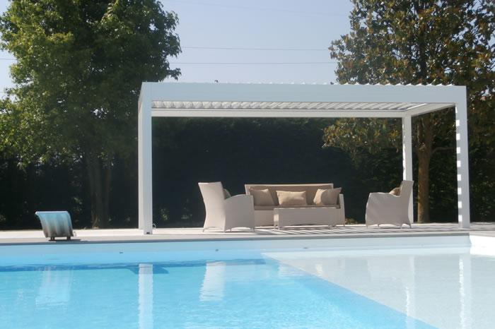 pergola-bioclimatique-gris-ardoise-devant-piscine-700x466