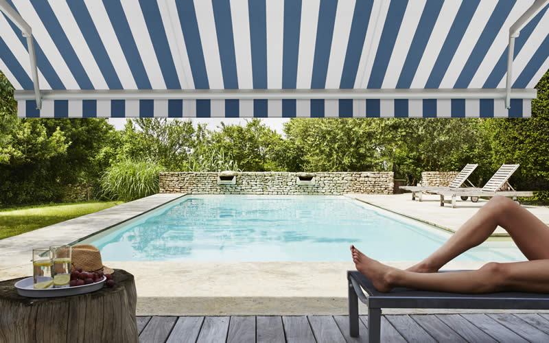 store-banne-bleu-raye-terrasse-piscine-800x500-2
