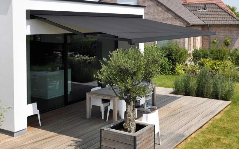 store-banne-noir-terrasse-bois-800x500